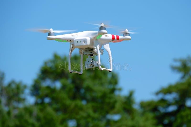 Quadcopter aéroporté photographie stock