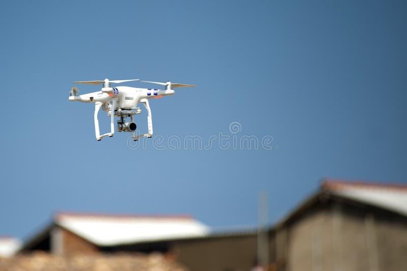 Quadcopter auf Himmel
