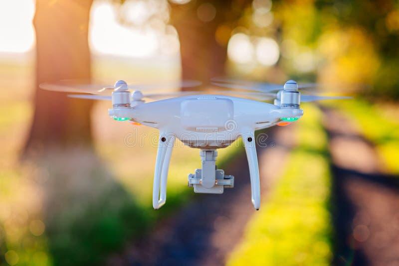 Quadcopter blanco del abejón con la cámara i imagen de archivo libre de regalías