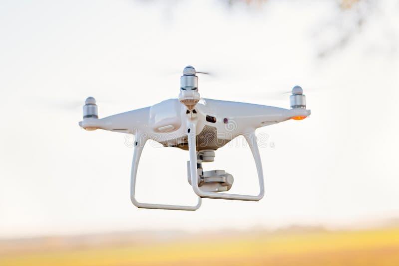Quadcopter blanco del abejón con la cámara i foto de archivo
