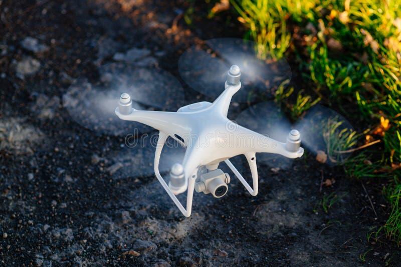 Quadcopter blanco del abejón con la cámara i imagenes de archivo