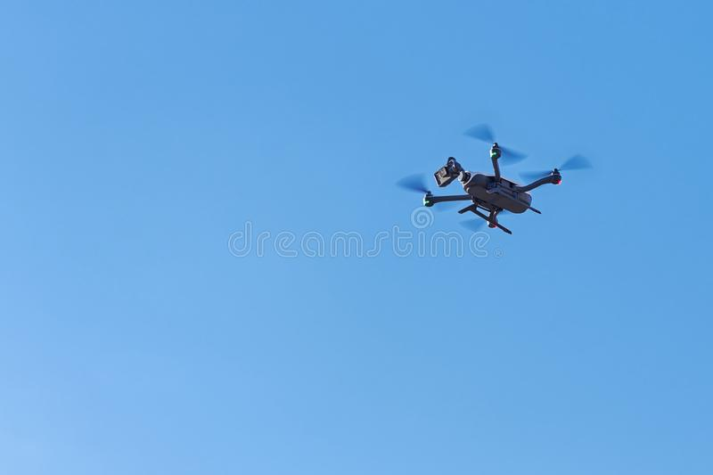 Quadcopter con la macchina fotografica digitale sul cielo immagine stock libera da diritti