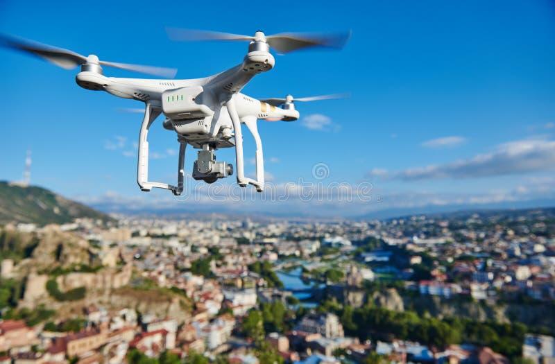 Quadcopter de bourdon avec l'appareil photo numérique photographie stock