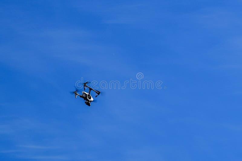 Quadcopter de los aviones, abejón con la cámara de vídeo de alta calidad imagen de archivo libre de regalías
