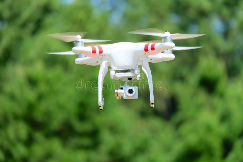 Quadcopter in de lucht met Camera royalty-vrije stock foto