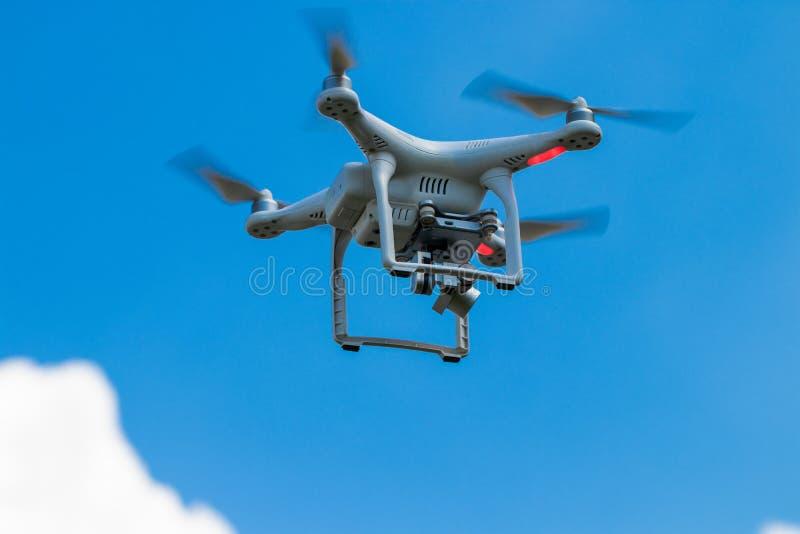 Quadcopter del fuco con la macchina fotografica digitale sul cielo fotografia stock libera da diritti