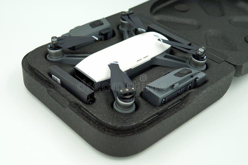 Quadcopter för surr för DJI-gnista alpin vit och batteri` s i ett bärande fall arkivbilder