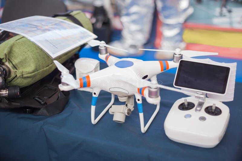 Quadcopter professionnel pour faire la photo aérienne images libres de droits