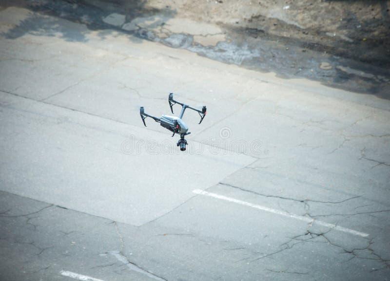 Quadcopter UAVS surr för kommersiellt flygfotograferingflyg arkivfoton
