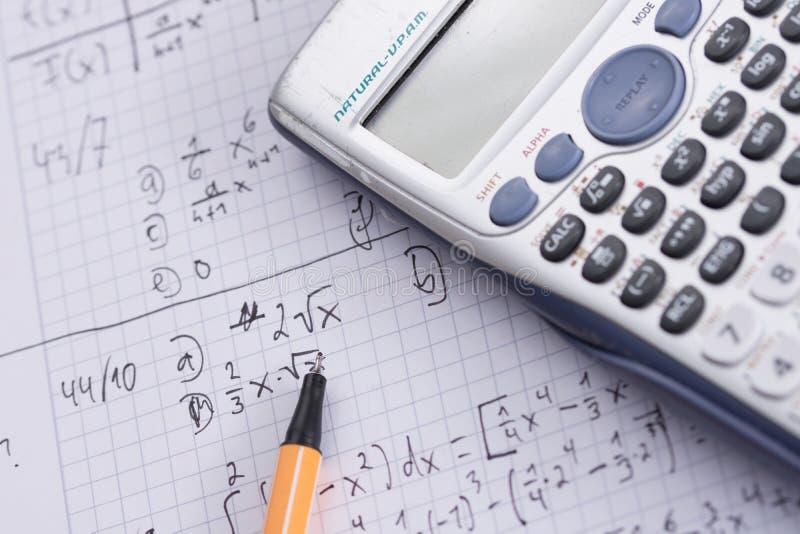 Quaderno del calcolatore della penna di compito di per la matematica immagine stock libera da diritti