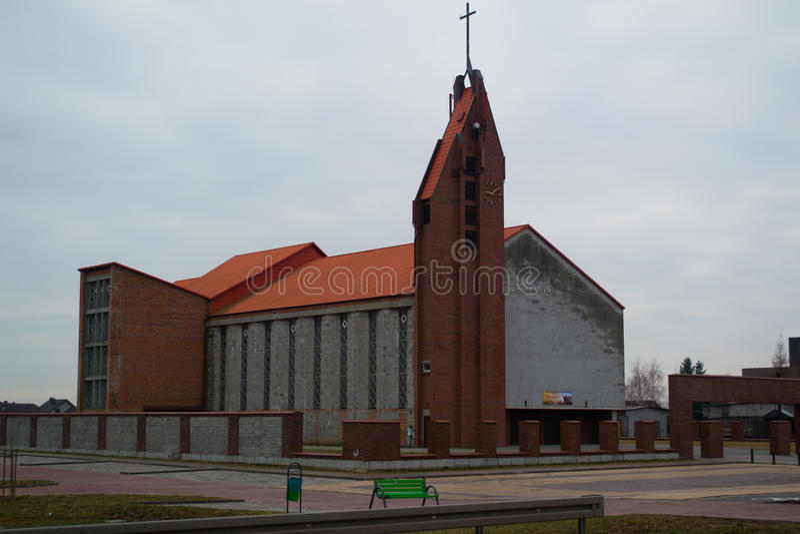 Quadrado alaranjado da cruz do telhado dos tijolos da construção de casa da igreja fotos de stock