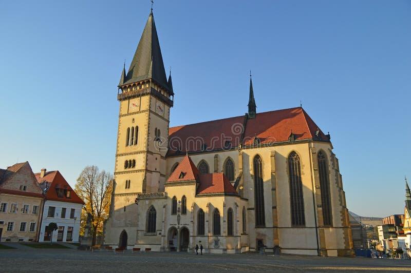 Quadrado central com a igreja de St Aegidius Bardejov, Eslováquia imagens de stock royalty free