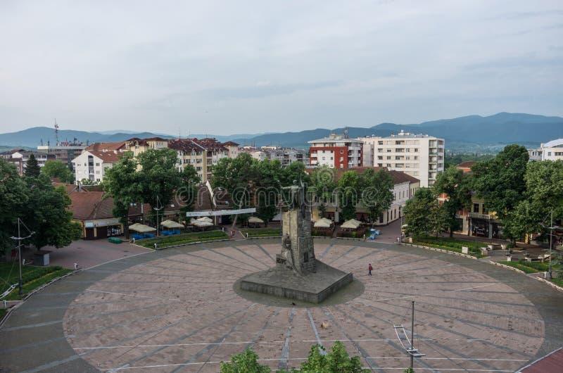 Quadrado central com monumento a um soldado sérvio Kraljevo, Ser fotografia de stock