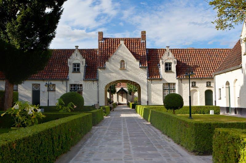 Quadrado cercado por casas e por árvores medievais em Bruges/Bruges, Bélgica foto de stock royalty free