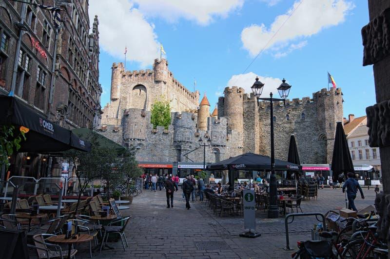 Quadrado com cafés do ar livre Castelo antigo do Dutch das contagens: Gravensteen no fundo fotos de stock