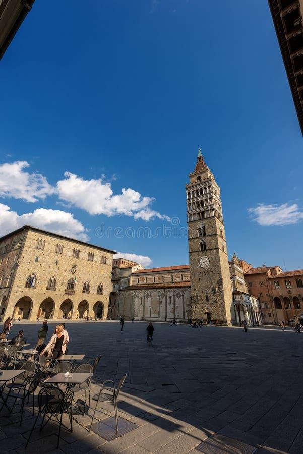 Quadrado da catedral de Piazza Duomo em Pistoia Toscânia Itália imagem de stock