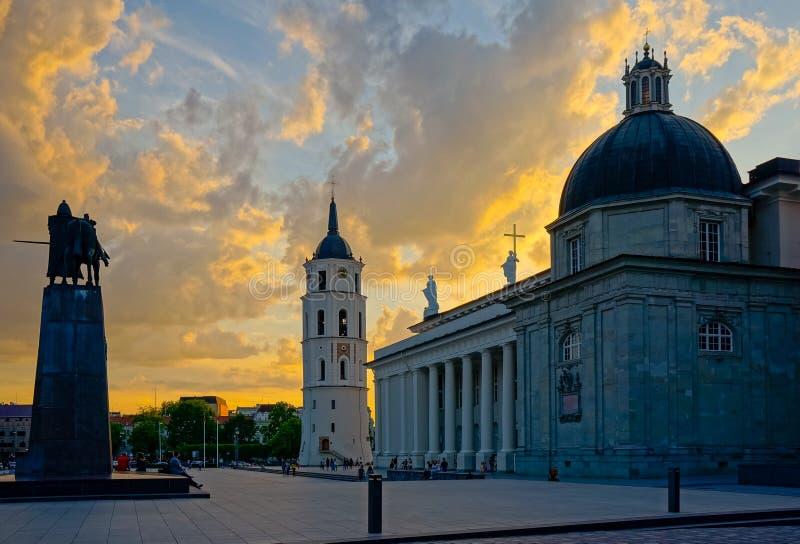 Quadrado da catedral de Vilnius na noite fotos de stock royalty free