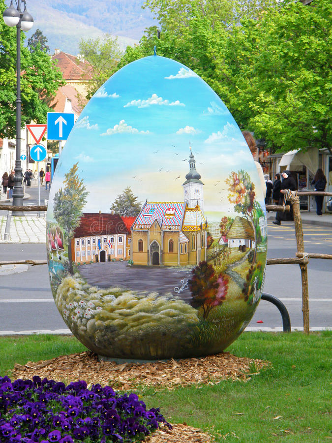 Quadrado da catedral de Zagreb com o ovo da páscoa pintado gigante imagem de stock royalty free