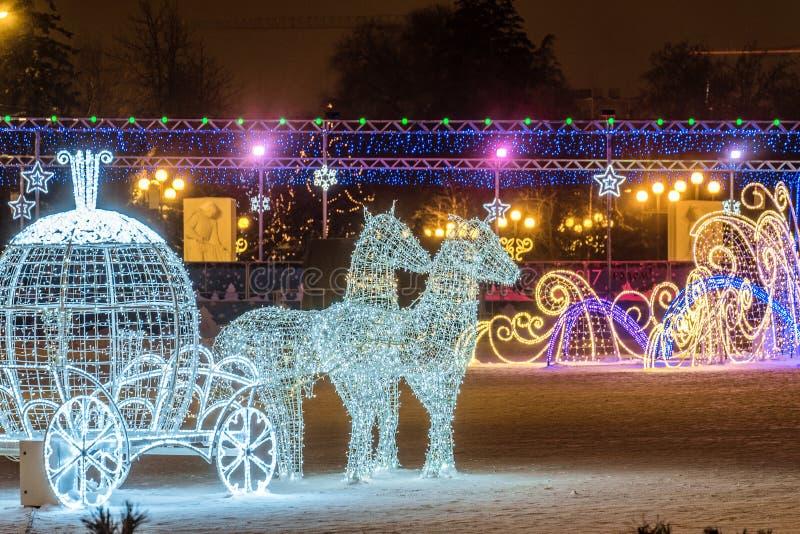 Quadrado da catedral do ` s do ano novo com as decorações do Natal na cidade de Belgorod Cavalos da iluminação do diodo emissor d imagens de stock