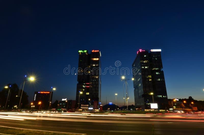 Quadrado da imprensa de Bucareste na hora azul imagem de stock