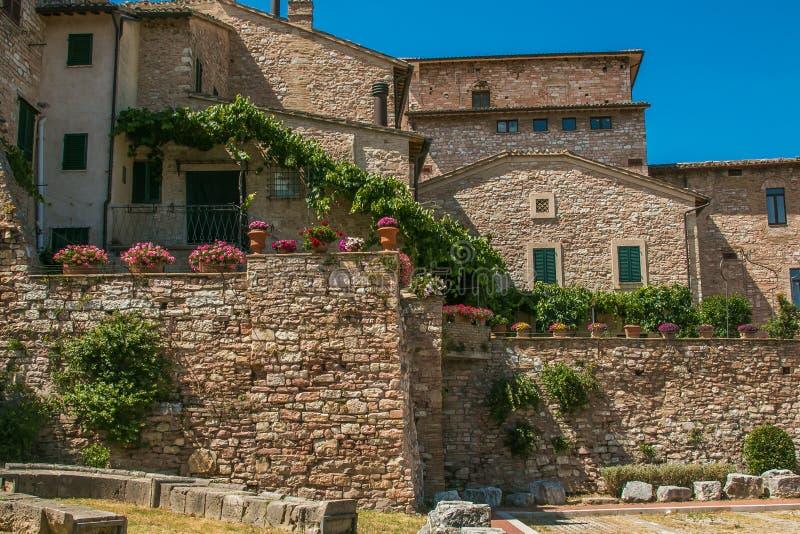Quadrado da vila medieval de Spello na região de Úmbria fotografia de stock