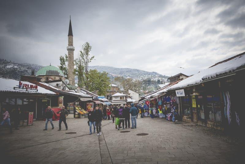 Quadrado de Bascarsija com a fonte de madeira de Sebilj na cidade velha Saraje imagem de stock