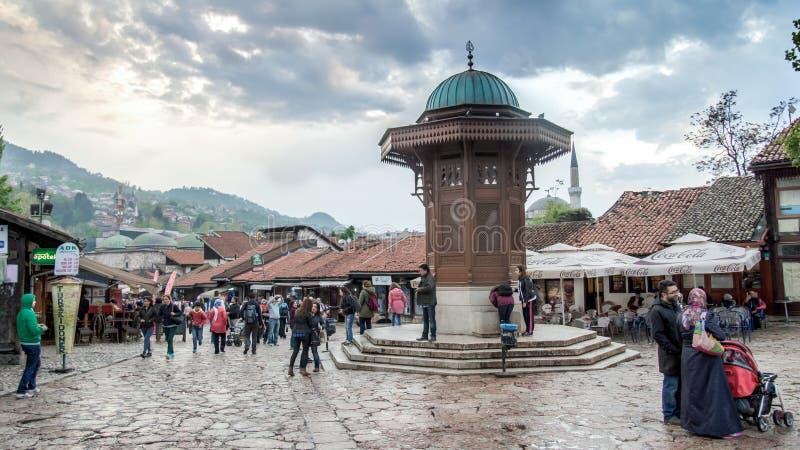 Quadrado de Bascarsija com a fonte de madeira de Sebilj na cidade velha Sarajevo, capital de foto de stock royalty free