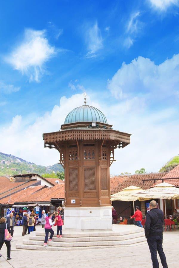 Quadrado de Bascarsija com a fonte de madeira de Sebili Brunen na cidade velha Sarajevo, capital de Bósnia e de Herzegovina fotografia de stock royalty free