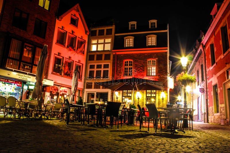 Quadrado de cidade na noite fotos de stock
