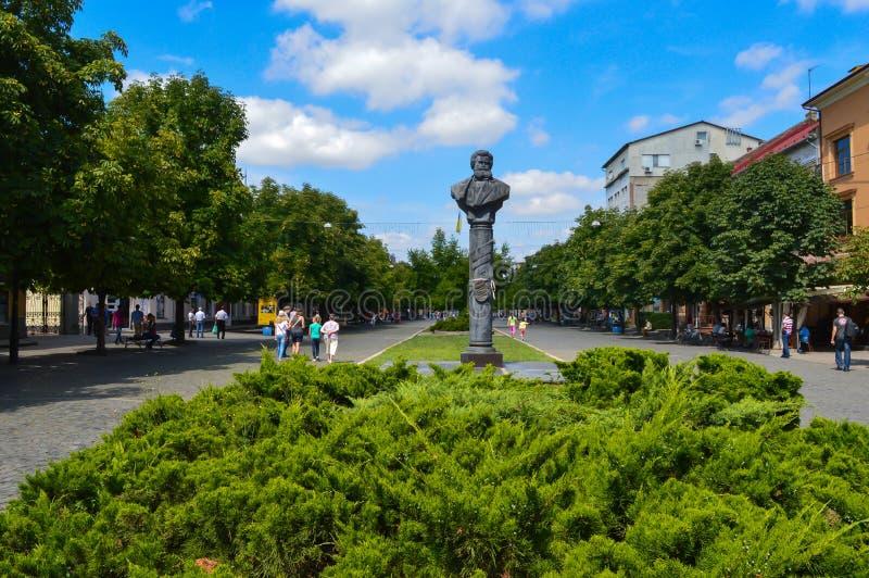 Quadrado de cidade verde em Mukachevo, Ucrânia o 14 de agosto de 2016 fotos de stock royalty free