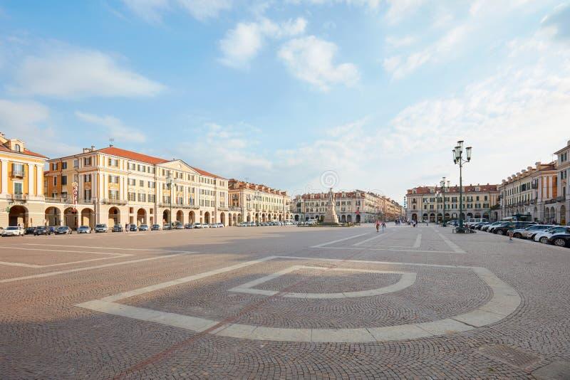 Quadrado de Galimberti, opinião de ângulo larga em um dia de verão ensolarado, céu azul em Cuneo, Itália imagem de stock