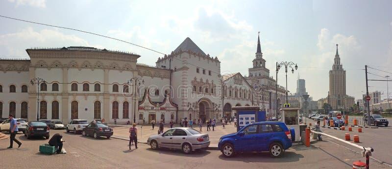 Quadrado de Komsomolskaya em Moscou com estação de trem de Kazanskiy e hotel de Lenongradskaya fotos de stock royalty free