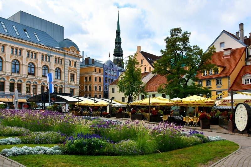 Quadrado de Livu Laukums em Riga, cidade principal em Letónia imagens de stock
