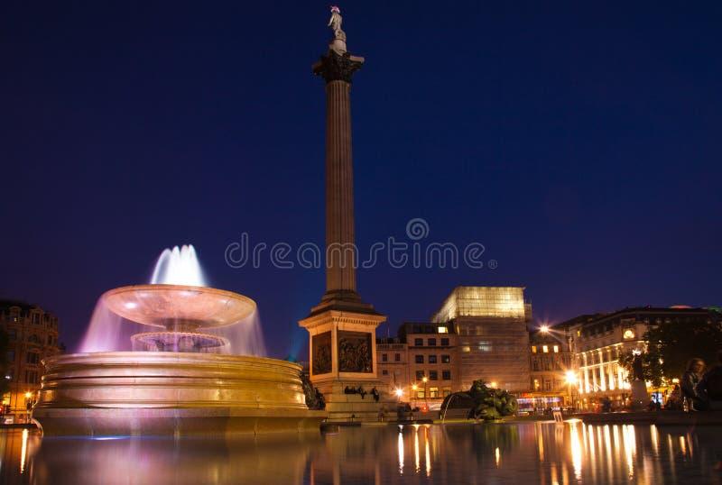 Quadrado de Londres Trafalgar no nighttime imagem de stock
