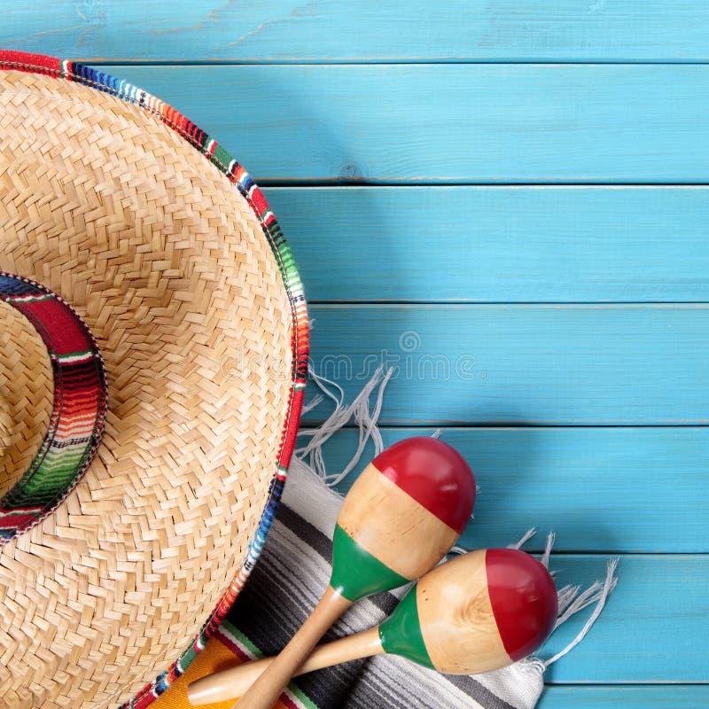 Quadrado de madeira do fundo do de Mayo do cinco do sombreiro de México imagens de stock