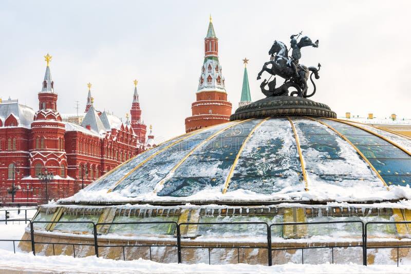 Quadrado de Manege ou de Manezhnaya perto do Kremlin no inverno, Rússia de Moscou imagem de stock royalty free