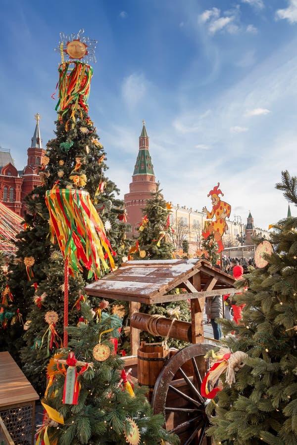 Quadrado de Manezhnaya no centro de Moscou, decorado com símbolos festivos do Shrovetide fotos de stock