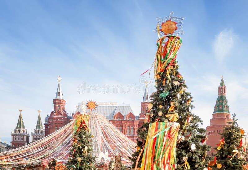 Quadrado de Manezhnaya no centro de Moscou, decorado com símbolos festivos do Shrovetide imagens de stock royalty free