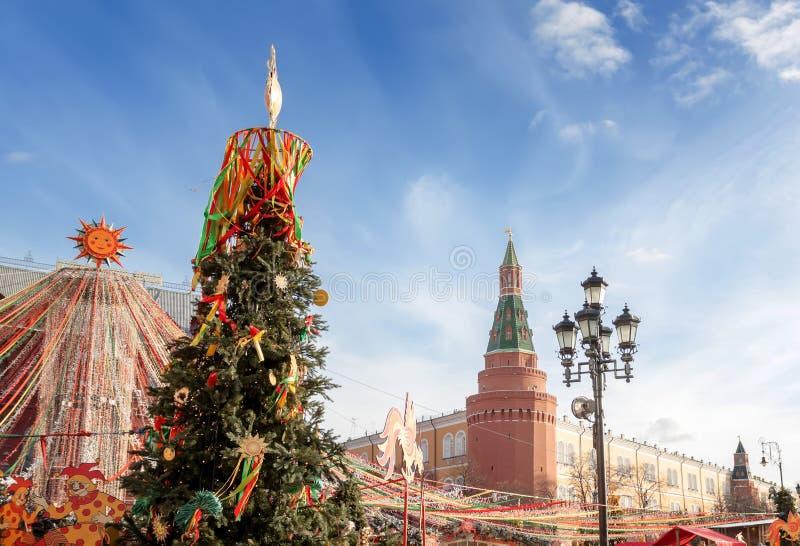 Quadrado de Manezhnaya no centro de Moscou, decorado com símbolos festivos do Shrovetide foto de stock royalty free