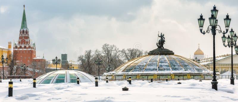 Quadrado de Manezhnaya ou de Manege perto do Kremlin no inverno, Rússia de Moscou imagens de stock