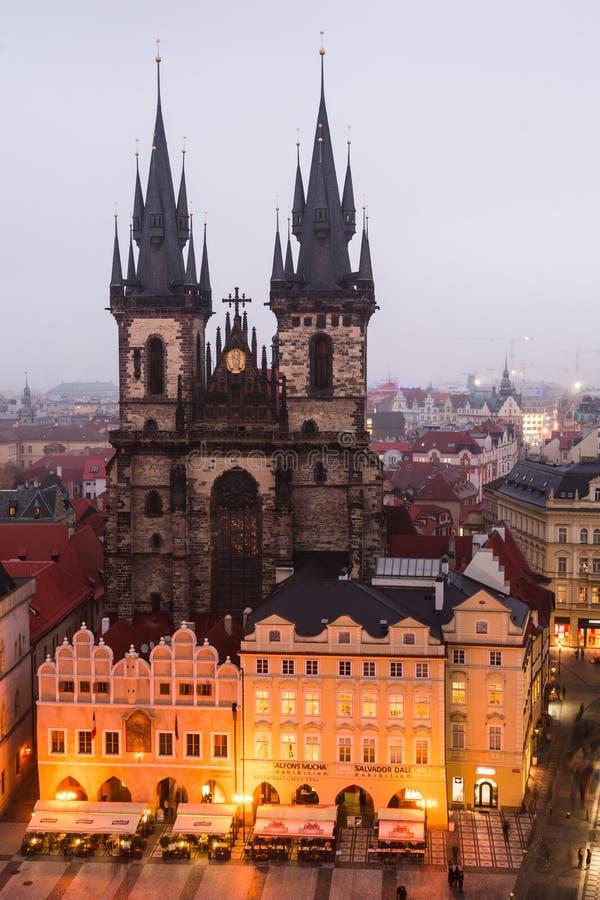 Quadrado de Mesto do olhar fixo em Praga com igreja de Tyn. fotos de stock