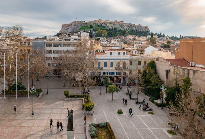 Quadrado de Mitropoleos e a acrópole de Atenas fotografia de stock royalty free