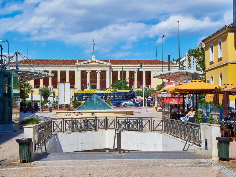 Quadrado de Plateia Korai com a universidade de Kapodistrian no fundo Atenas, Grécia foto de stock