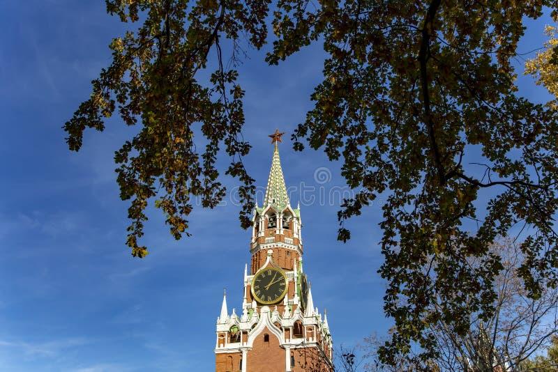 Quadrado de Spasskaya Tower Kremlin de Moscou, dia de R?ssia fotografia de stock