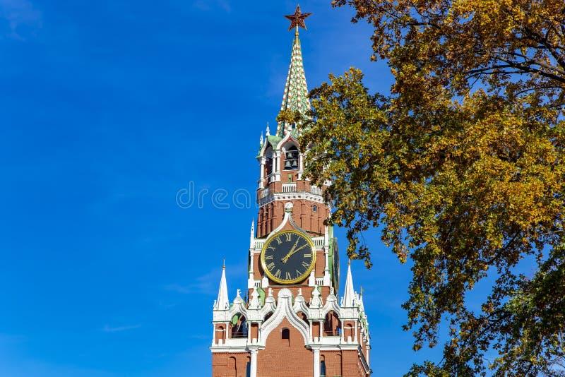 Quadrado de Spasskaya Tower Kremlin de Moscou, dia de R?ssia fotografia de stock royalty free