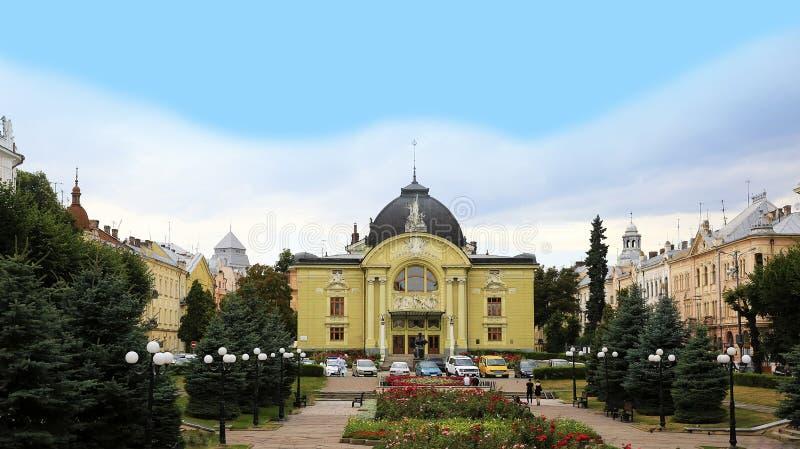 Quadrado de Teatralna do quadrado do teatro na cidade de Chernivtsi em Ucr?nia imagens de stock royalty free
