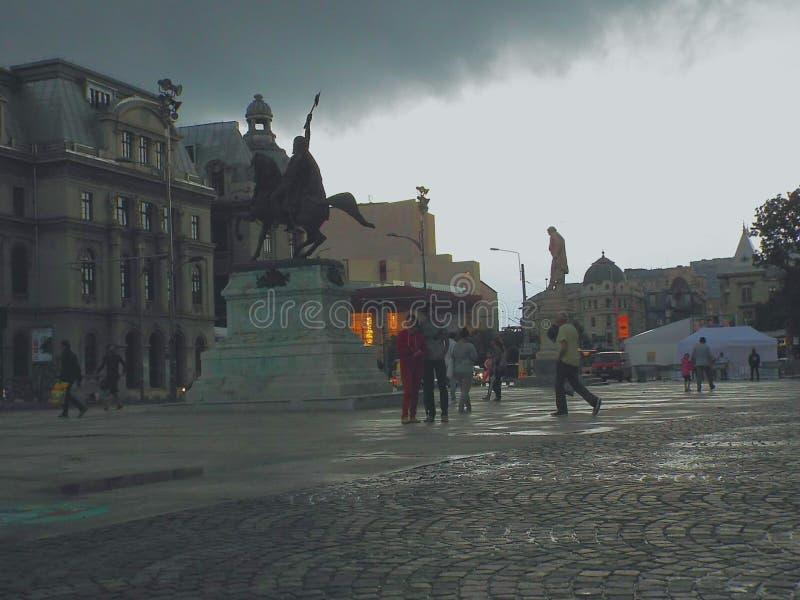 Quadrado de Universitatii de Bucareste em uma tarde tormentoso do verão imagens de stock royalty free