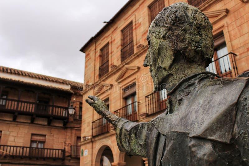 Quadrado de Villanueva de los Infantes e estátua de Don Quixote no primeiro plano imagem de stock