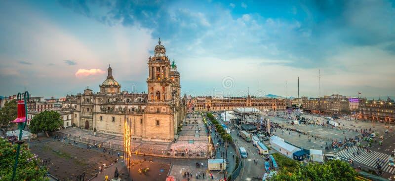 Quadrado de Zocalo e catedral metropolitana de Cidade do México imagens de stock
