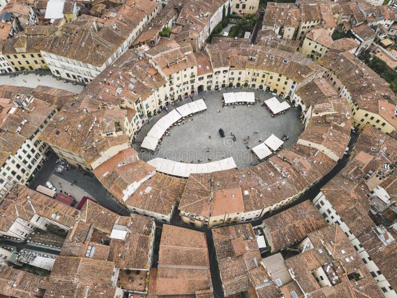 Quadrado do anfiteatro Cidade de Lucca Silhueta do homem de negócio Cowering Italy Vista da foto de stock